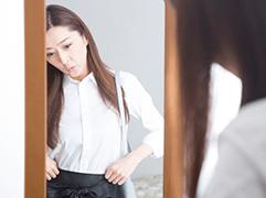 Anprobe von Kleidungsstücken vor dem Kauf