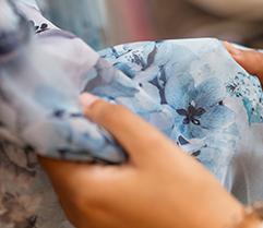 Prüfung der Kleidung auf Löcher oder Flecken