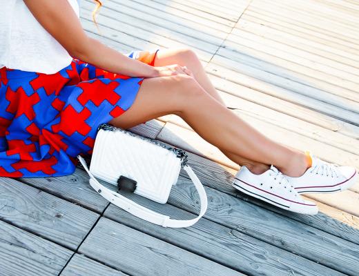 So kombiniert man flache Schuhe zu Kleid und Rock